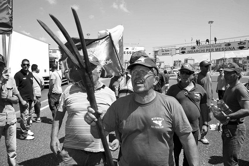 """Protesta del cosiddetto """"Movimento dei forconi"""",  traghettamento dei tir dalla Calabria alla Sicilia e' bloccato, Villa San Giovanni, 13 luglio 2012 FOTO ANSA/FRANCO CUFARI"""