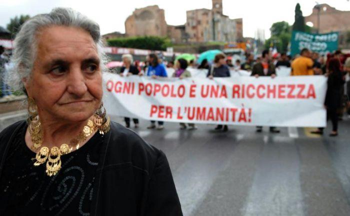 Rom+-+striscione+Ogni+popolo++una+ricchezza+per+l'umanit