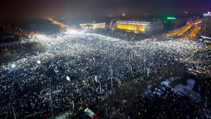 epaselect epa05773762 General view of Victoriei Plaza full of protesters flashing the lanterns on their cell-phones, all at the time, during a massive protest in front of government headquarters, background, in Bucharest, Romania, 05 February 2017. Following mass protests, Romania's government repelled today, during an urgency session, their controversial ordnance after on 04  February 2017 they announced the withdrawal of the disputed bill passed late 31 January as a government ordinance to pardon those sentenced to jail terms shorter than five years.  EPA/DAN BALANESCU
